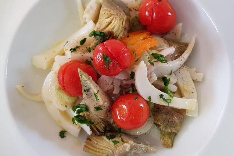 Insalata di seppie con carciofi scottati, asparagi e crema di finocchi al timo e lime